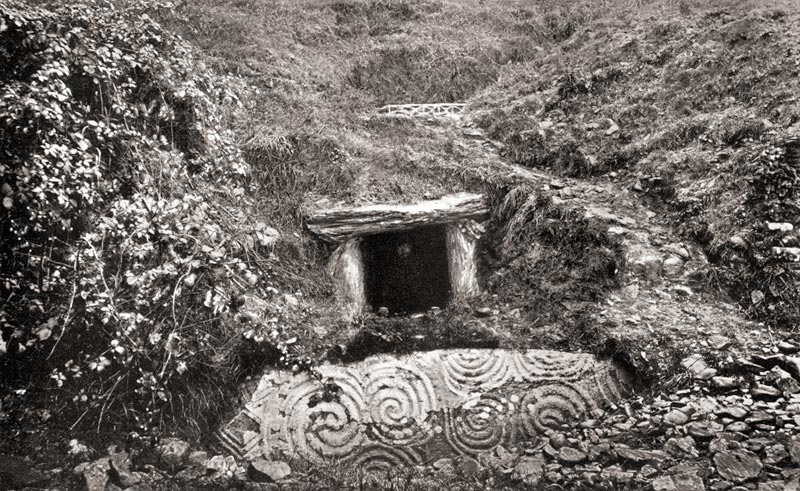 http://www.voicesfromthedawn.com/wp-content/sites/newgrange/moundRoofbox.jpg